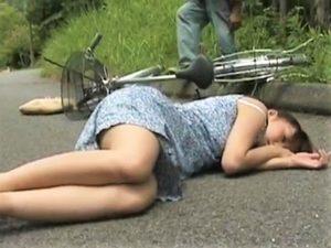 【神崎レオナ/人妻レイプ】山中軽トラ配送のオヤジが自転車人妻を転倒拉致して山奥野外強姦!ドロドロに汚れながら逃げるも男に捕まり犯される!
